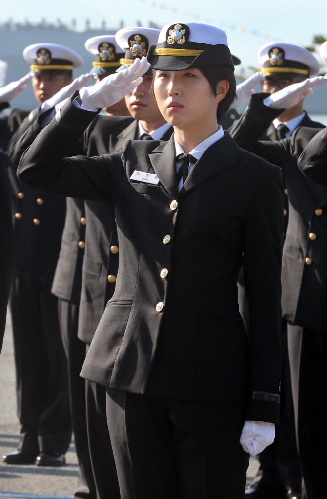 최태원 SK그룹 회장 둘째딸 민정씨, 해군 장교 임관..어머니-형제들 `총출동`