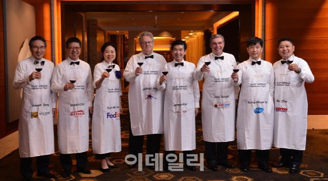 """주한미국상의 """"CEO가 식사서빙""""..  '서버스 나이트' 자선행사 개최"""