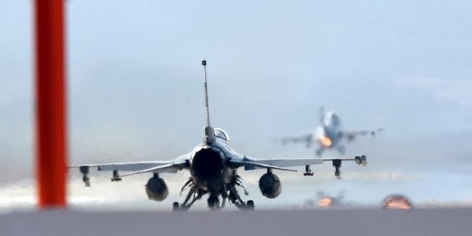 이륙하는 F-16
