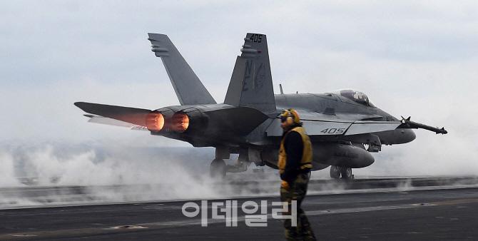 독수리훈련(FE)-키리졸브(KR) 참가한 핵 항모 칼빈슨호 이륙하는  F/A-18 전투기