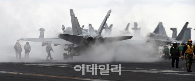 독수리훈련(FE)-키리졸브(KR) 참가한 핵 항모 칼빈슨호 이륙 준비하는  F/A-18