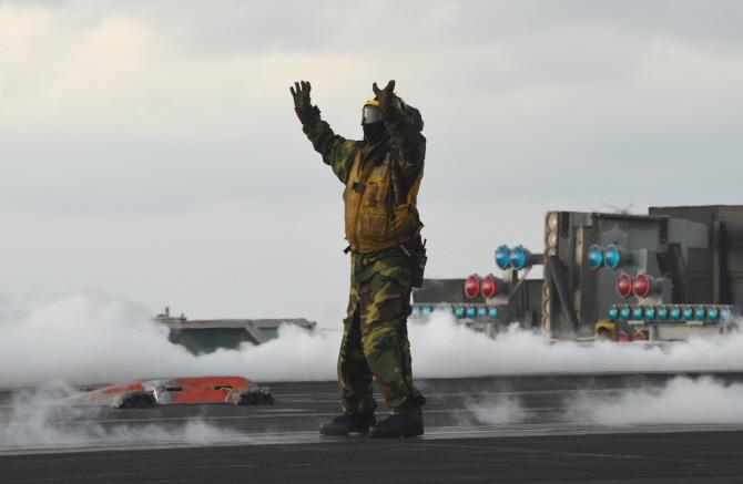 美 핵항모 칼빈슨호, 독수리훈련 참가