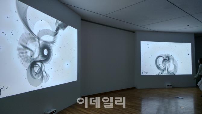 '원래 작가'…대통령 아들 문준용의 소통예술