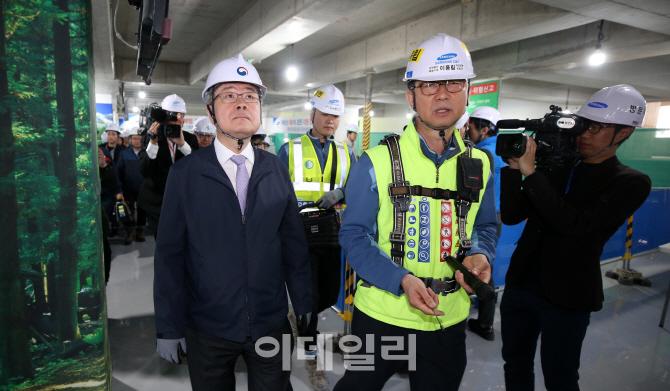 건설현장 꼼꼼히 살펴보는 이재갑 고용노동부 장관