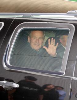 [포토] 손 흔드는 조지 부시 전 미국 대통령
