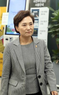 유시민 이사장 모친 빈소 찾은 김현미 장관