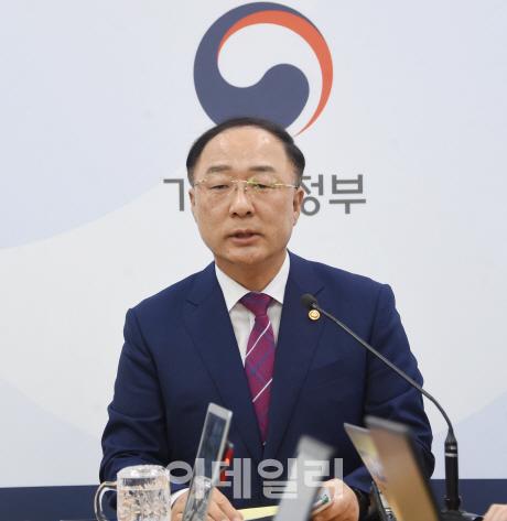 """홍남기 """"내년 국가채무 40% 넘는다…마지노선 아냐"""""""