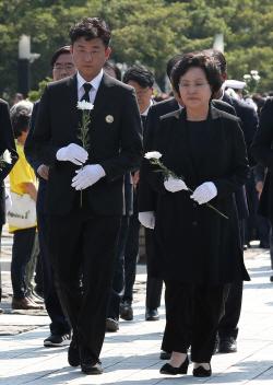 [포토] 헌화하는 유가족들
