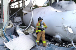 폭발한 수소탱크 확인하는 소방관