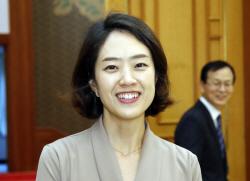 文 '영입인재 1호' 고민정 대변인 '상선약수' 한달