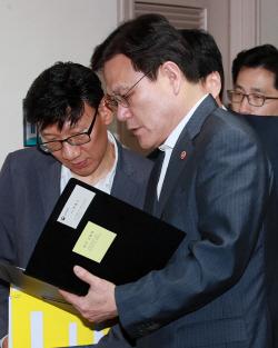 [포토]회의 자료 확인하는 최종구 금융위원장