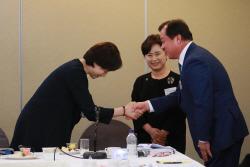 [포토]서울총장포럼, '참석자들과 인사하는 유은혜 교육부 장관'