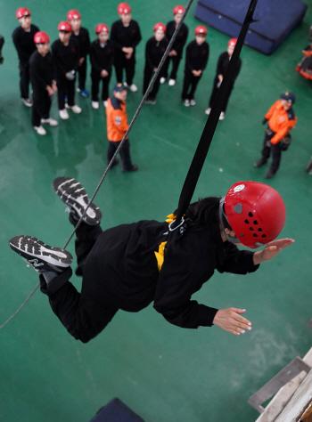 소방훈련 참가한 티웨이항공 객실승무원