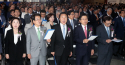 [포토]제헌절 노래 제창하는 5당 대표