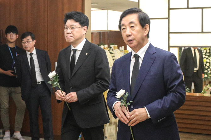 """빈소 찾은 정두언의 동지들 """"대한민국의 큰 손실"""""""