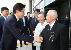 [포토] 이인수 박사부부와 인사하는 황교안 대표