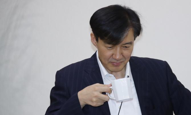 """조국 """"日 옹호·동조, '표현의 자유'지만 무도한 일"""""""