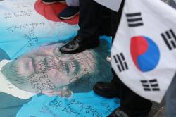 아베 사진 짓밟고 욕설까지…불매운동 넘어 격화하는 反日시위