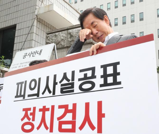 """김성태 """"故정두언 심정 이해""""...눈물의 1인 시위"""