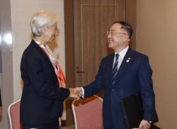 IMF, 올해 세계 경제성장률 3.2%.. 3개월만에 0.1%p↓