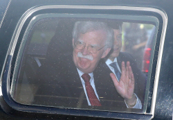[포토]손 흔들며 국방부 나서는 존 볼턴 美 보좌관