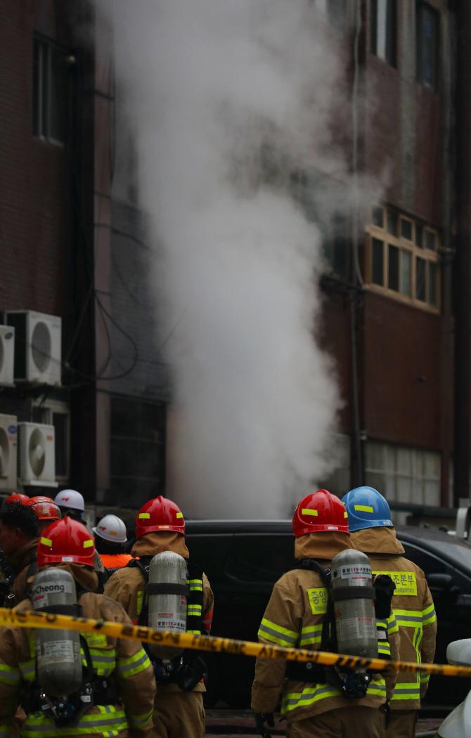 연기 피어오르는 서초동 진흥상가 건물
