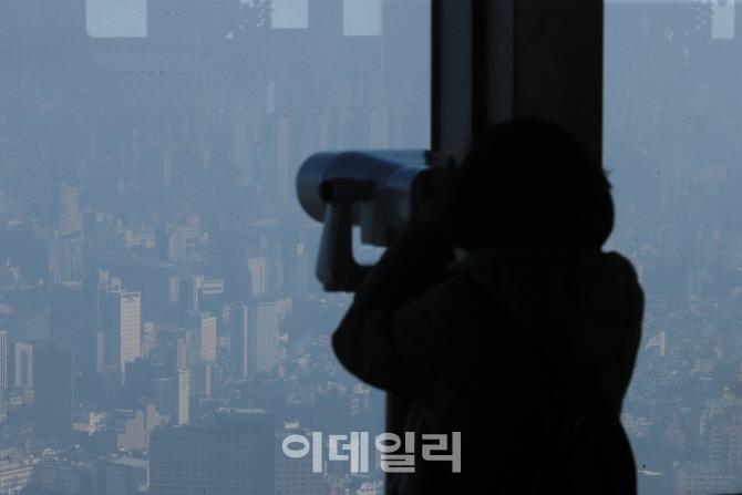 망원경으로 봐도 희미한 서울의 풍경