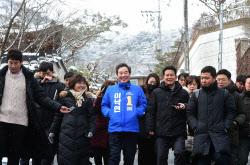 [포토]기자들과 대화하는 이낙연 전 총리