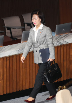 [포토]'본회의장 나서는 추미애 법무부 장관'