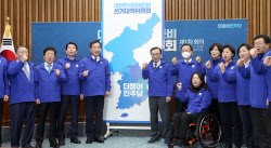 [포토]21대 총선 승리 구호 외치는 더불어민주당