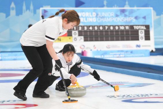 여자컬링팀 '팀 민지', 준결승서 일본 꺾고 캐나다와 격돌