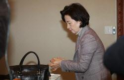 [포토]손 소독하고 국무회의 참석하는 추미애 장관