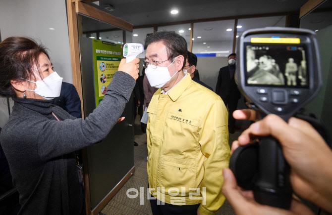 열 체크하는 박원순 서울시장