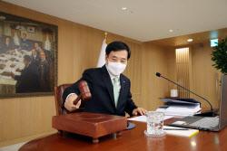 [포토]마스크 쓰고 의사봉 두드리는 이주열 한국은행 총재