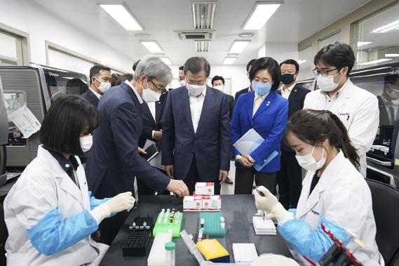 진단키트 수출 이어 韓 '유전자증폭 검사법' 국제표준 될 듯