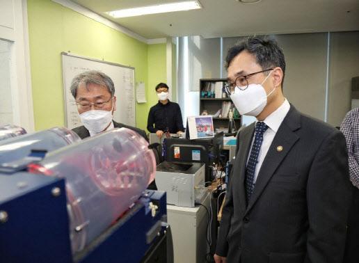 박원주 특허청장, 코로나19 연구기업 다이노나 현장 방문