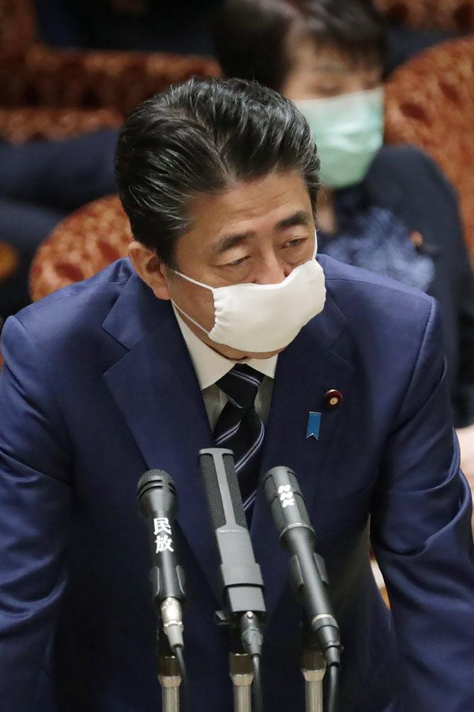 """아베가 나눠준 마스크, 귀에 걸리지도 않는다…""""신축성 NO!"""""""