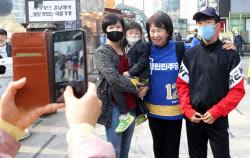 [포토]기념촬영하는 손혜원 열린민주당 대표