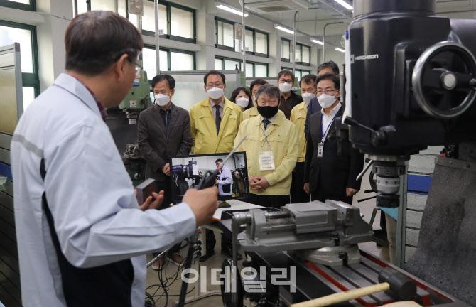 온라인 개학 하루 앞, '직업계고 찾은 박백범 차관'