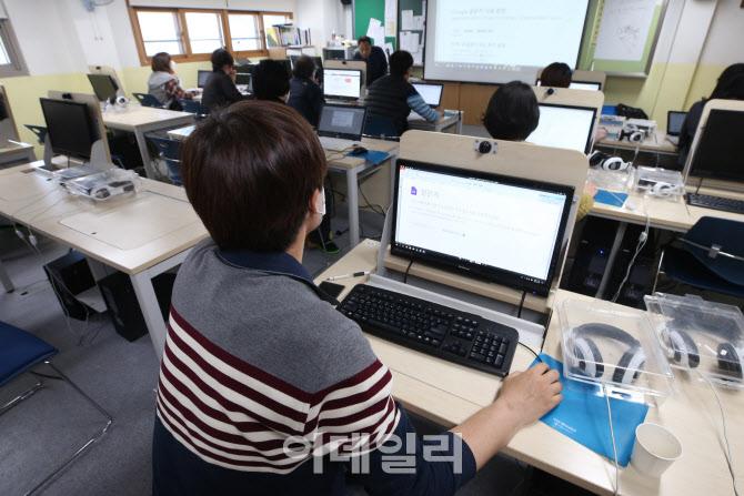 온라인 개학 앞두고 원격 수업 준비 마친 교사들