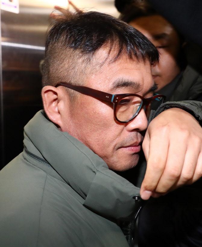 '성폭행 혐의' 김건모…경찰, 檢 수차례 반려에도 '기소의견' 송치
