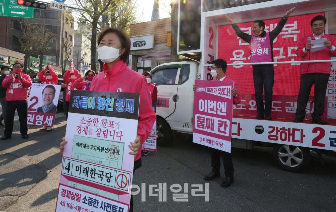 시민들에게 인사하는 윤주경 미래한국당 후보