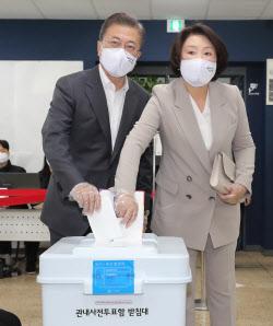 [포토] 사전투표하는 문 대통령 내외