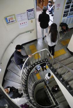 ''코로나19'' 우려에 사전투표 첫날 투표율 역대 최고…12.14%(종합)