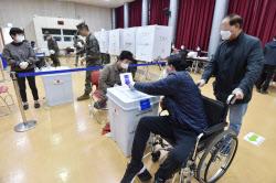 '코로나19' 우려에 사전투표 첫날 투표율 역대 최고…12.14%(종합)