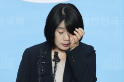 윤미향, 이용수 할머니 수양딸 '눈물' 예상 깬 기자회견