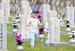 [포토]호국영령 묘역 찾은 어린이
