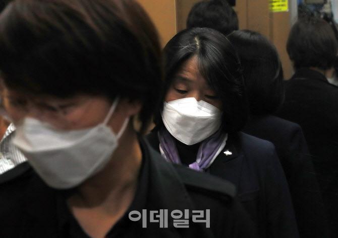 윤미향 의원, '재킷엔 나비 문양 뱃지'
