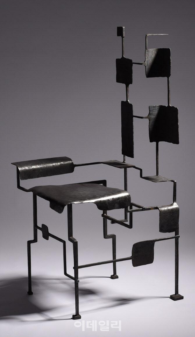 [e갤러리] 철을 가지고 놀다…조재형 '공간을 위한 오브제 의자'