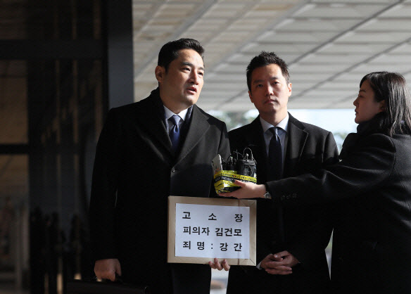 """가세연 """"몰카 개그맨은 좌파""""…본질은 '뒷전'"""